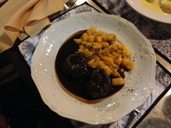 Il Perugino: Gnocchi de baroa com filet ao molho de vinho