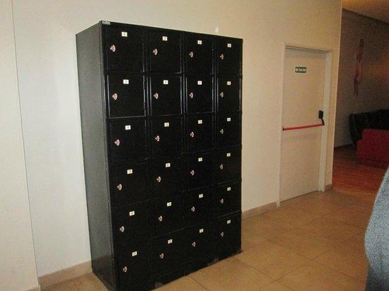 Milhouse Hostel Avenue: lockers pagos en subsuelo