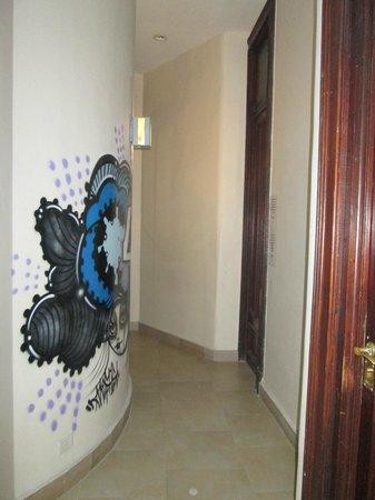 Milhouse Hostel Avenue : pasillo entre la habitacion y el baño