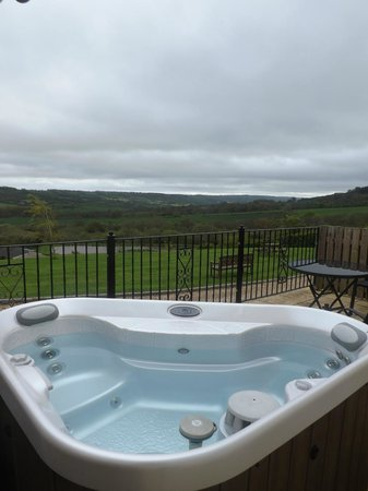 Odle Farm Holiday Cottages: Looking out over the hot-tub