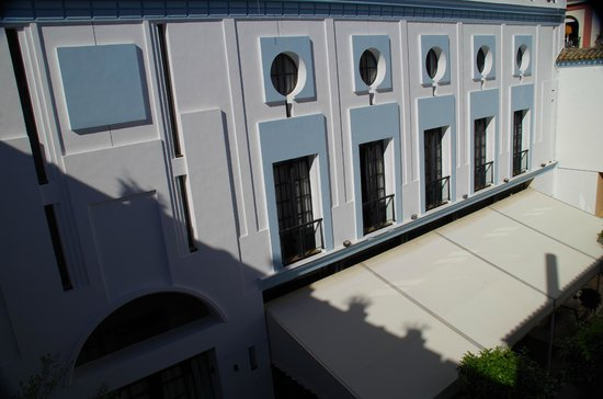 Los Seises by Fontecruz: interior courtyard