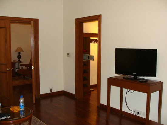 Maidens Hotel : Walk-in wardrobe and tv in bedroom
