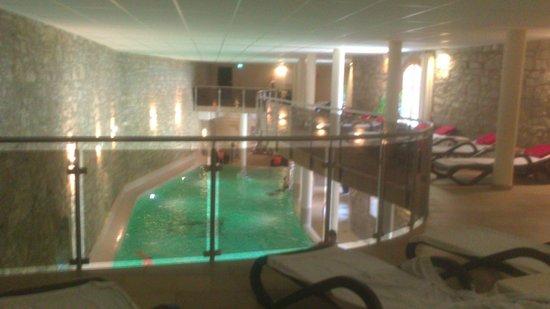 Hotel und Spa Wasserschloss Westerburg: Obere Galerie mit Blick auf den Pool
