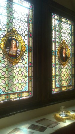 Hotel und Spa Wasserschloss Westerburg: Restaurierte Fenster im Flur vor dem Spiegelsaal
