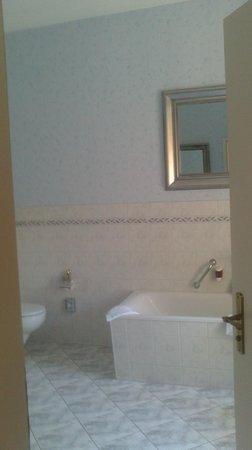 Hotel und Spa Wasserschloss Westerburg: Geräumiges Bad des Herrenzimmers