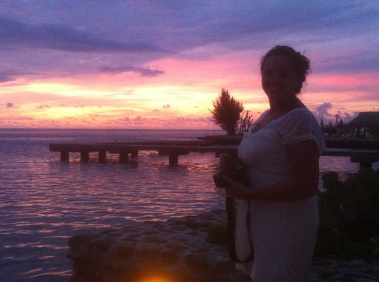 Hotel Kaveka: sunset of my wife from our bungalow