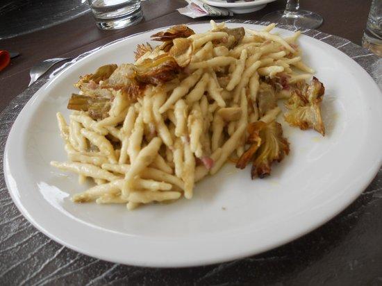 Cotto E Crudo: i pici con carciofi piatto  tipico locale