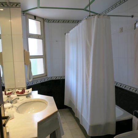 Hotel dos Templarios: Nice Bathroom