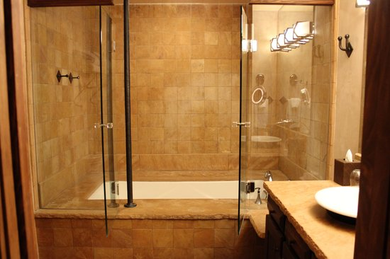 El Monte Sagrado : deep soaking tub
