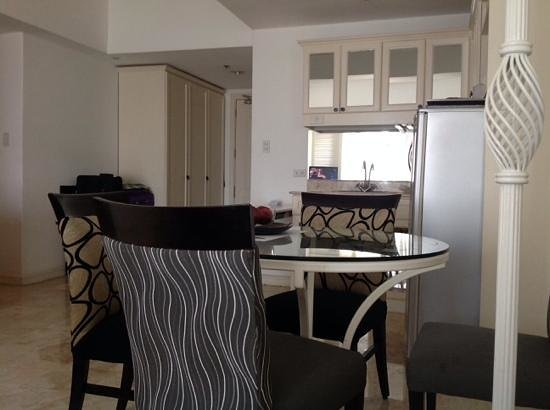 Vivere Hotel : Dining Table and Kitchen