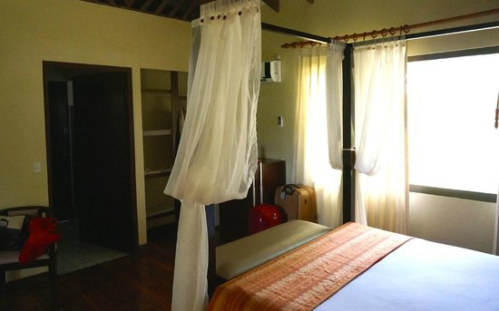 Manatus Hotel : Bed with anti mosquito nets