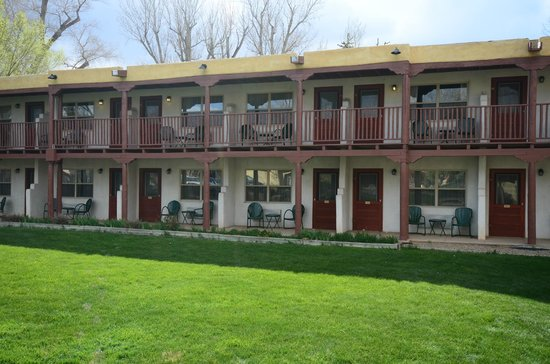 El Pueblo Lodge: Pet Friendly, Clean & Tidy, Charming Breakfast area, Good Price