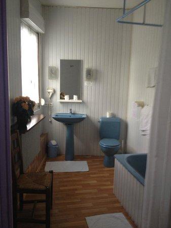 La Truite de la Loue : la salle da bain jouxtant la chambre