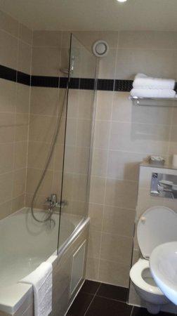 Hôtel Eiffel Kennedy : salle de bain très fonctionnelle