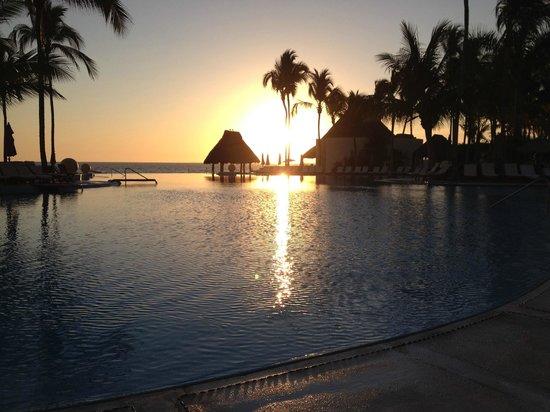Grand Velas Riviera Nayarit: Sunset over the pool