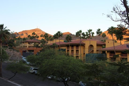 Pointe Hilton Tapatio Cliffs Resort: View of the hotel