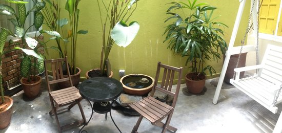 Mango Tree Place - Townhouse 1934: Cute patio area