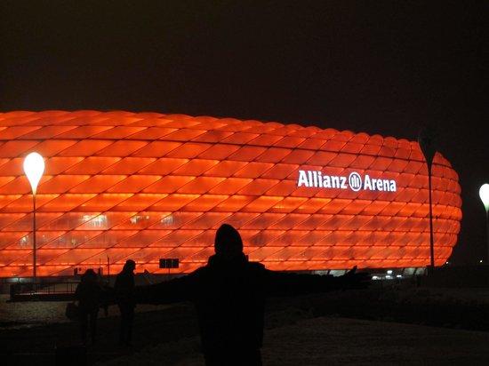 Allianz Arena: L'Allianz di un colore rosso vivo che risplende in una rigida notte bavarese