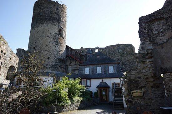 Hotel Bären: Boven op de top de ruine  zeer mooi !