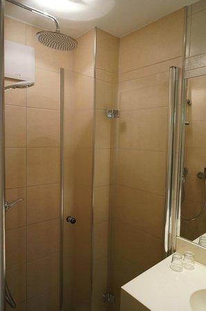 Hotel Bären: Douche met een regendouche Heerlijk