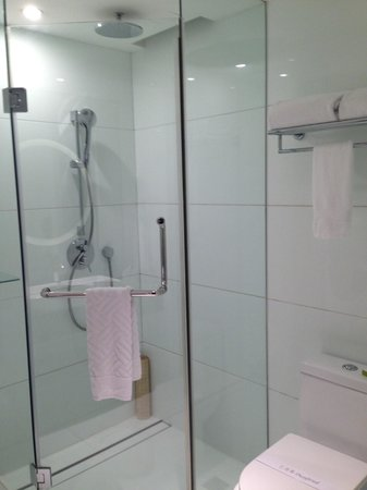 Doubletree by Hilton Beijing: Shower and Bathroom