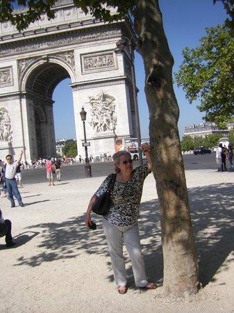Champs-Élysées : Cá estou defronte ao Arco do Triunfo