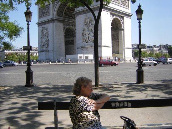 Champs-Élysées : Aqui estou na lateral da Champs Elysèes