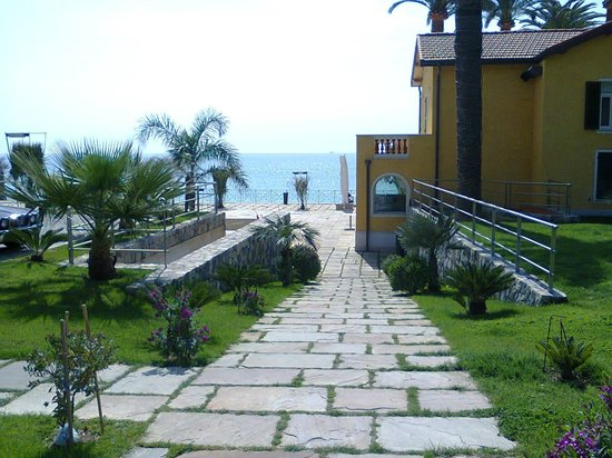 Hotel Villa Eva Restaurant and Beach : ingresso alla villa