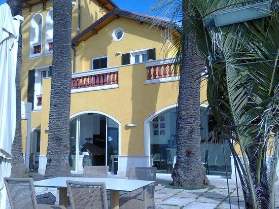 Hotel Villa Eva Restaurant and Beach : terrazza dell'albergo