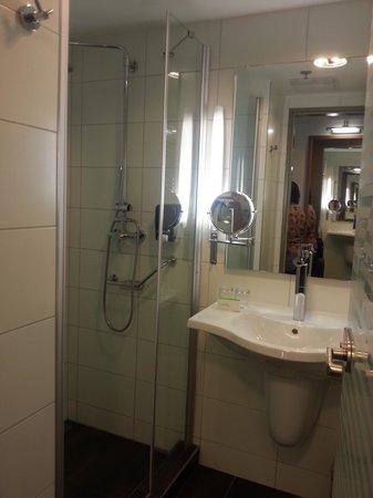 Royal Park Boutique Hotel: Bathroom