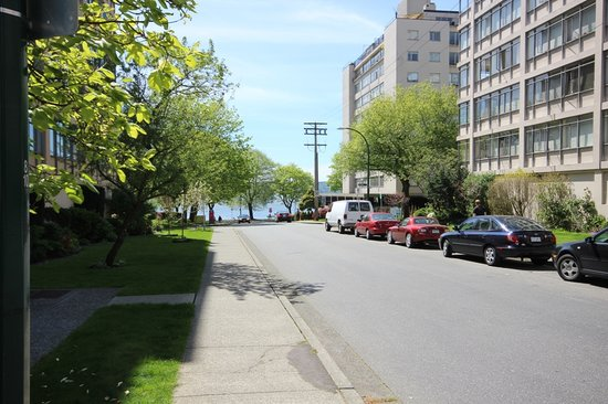 English Bay Inn: Just steps from the Inn, English Bay & the Seawall in the background