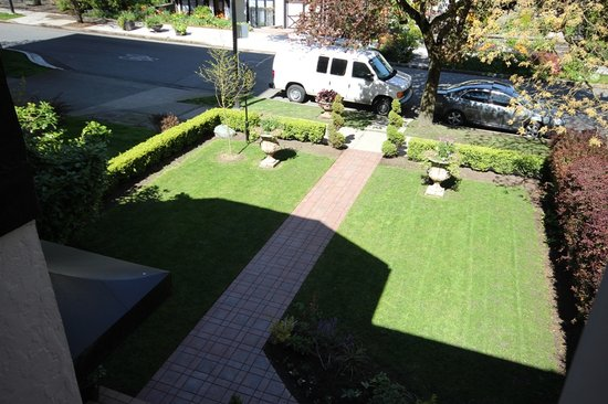 English Bay Inn: Front Yard