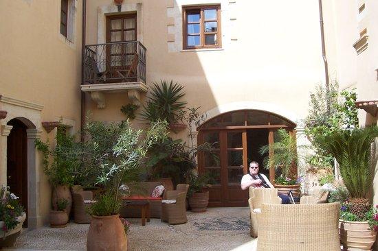 Palazzino di Corina : Hotel courtyard