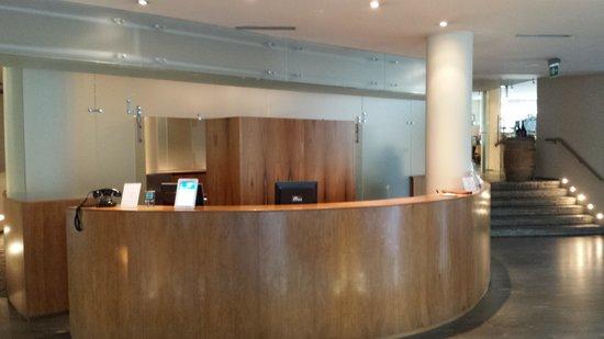 LakeFront Hotel Mirage: hall albergo accogliente
