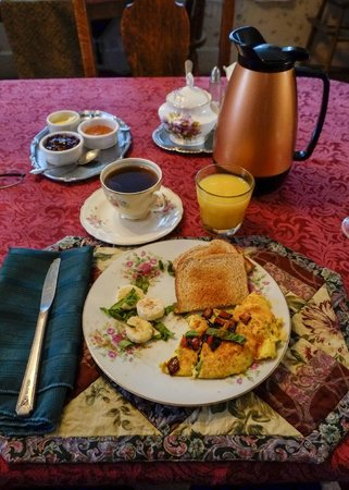 Pansy's Parlor Bed & Breakfast: Breakfast!!