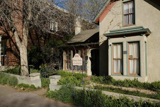 Pansy's Parlor Bed & Breakfast: From the street!