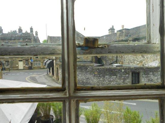 Castle Inn Bakewell: foul windows