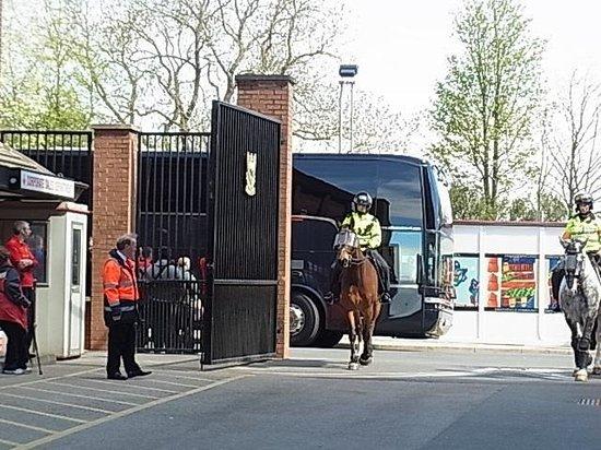 Anfield Stadium : 選手たちの乗ったバス