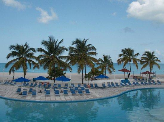 Starfish Jolly Beach Resort : view of the entertainment pool & beach