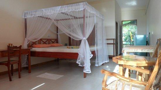 FinLanka: elke kamer heeft zo'n prachtig groot hemelbed met zeer goed matras en muskietennet.