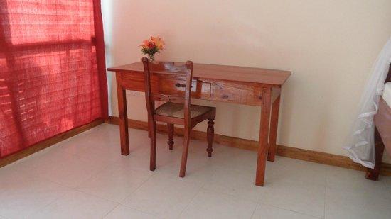 FinLanka: Een schrijftafel en stoel. (de kamer meubels zijn uitgevoerd in teak)