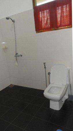 FinLanka: De echt ruime en schone badkamers  zijn voorzien van modern wit sanitair