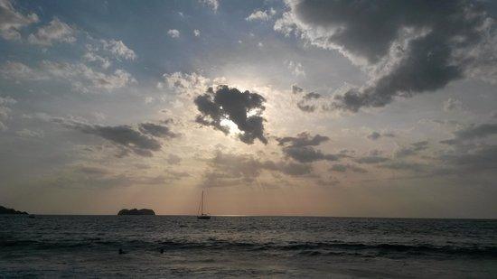 Playa Hermosa: atardecer en un dia nublado