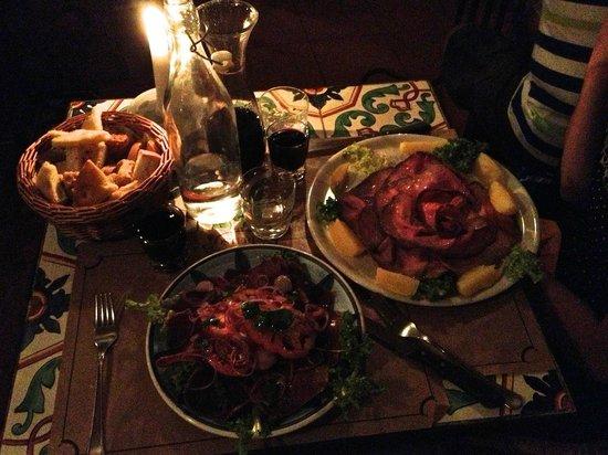 Osteria MEZZALUNA: Vista del tavolo, con cestello di crostini misti tradizionali.