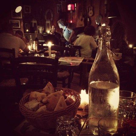 Osteria MEZZALUNA: Vista dal tavolo, con musica dal vivo.