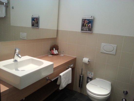 Falkensteiner Hotel Maria Prag : Spacious bathroom
