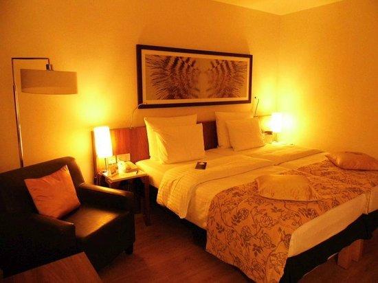 Radisson Blu Hotel, Hamburg: Zimmeransicht mit eingeschalteter Beleuchtung