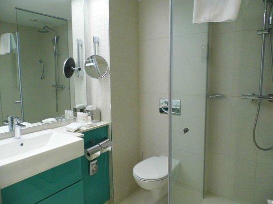 Radisson Blu Hotel, Hamburg: Badezimmer mit Dusche und WC