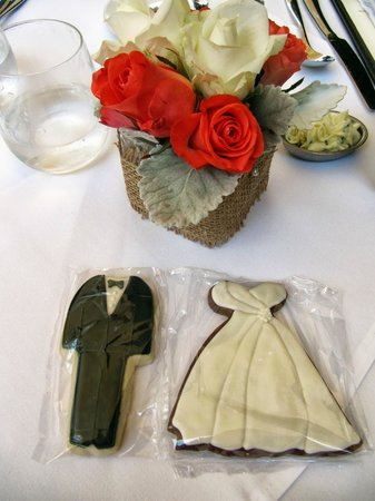 Wine Cask Restaurant: Table floral arrangement + Cookie party favors