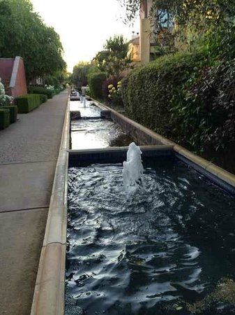 Villagio Inn and Spa: fountains along rest of hotel